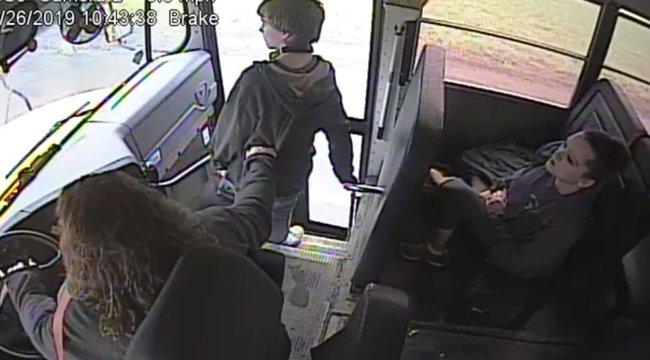 Mit sem törődött a gyorshajtó, az iskolabuszról leszálló gyerekkel - videó