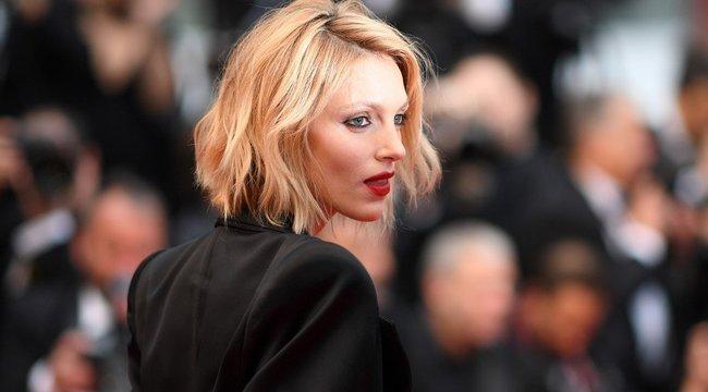 Nem zavartatta magát: melltartó nélkül jelent meg a filmfesztiválon a lengyel modell - fotók