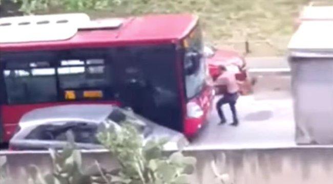 Szándékosan gázolt el egy gyalogost az agresszív buszsofőr - videó