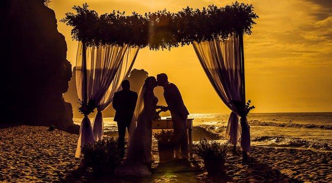 A szertartást vezető pappal lépett le férjétől az újdonsült feleség