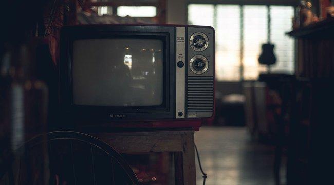 Elhízást okoz, ha a bekapcsolt tévé előtt alszunk el