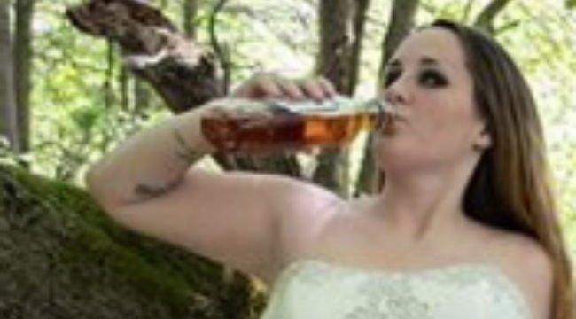 Esküvői ruhája felgyújtásával ünnepelte a válását egy bántalmazott feleség – fotók
