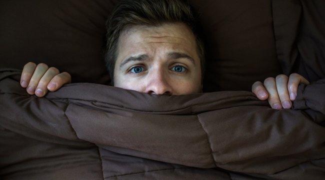 Háton fekve gyakoribb az alvásparalízis