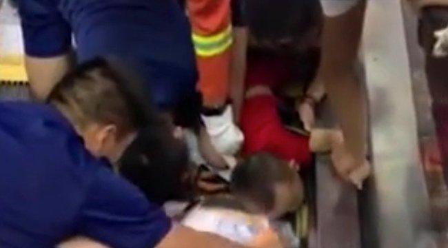 Borzasztó: egy kétéves kisfiú egész karját berántotta egy mozgólépcső – videó