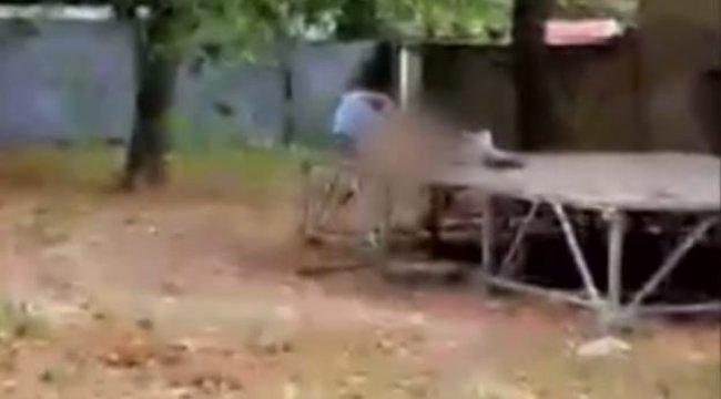 Fényes nappal szexelt a szlovák pár a parkban – videó18+