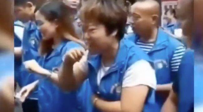 Kínai cég csirkevért itat a beosztottjaival, ha nem teljesítik az elvárásokat