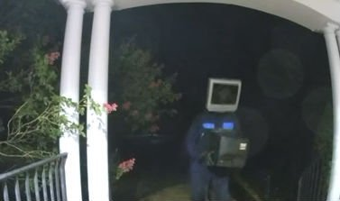 Tévével a fején hagy kéretlen ajándékokat a szomszédai ajtajában a tévéfantom – videó