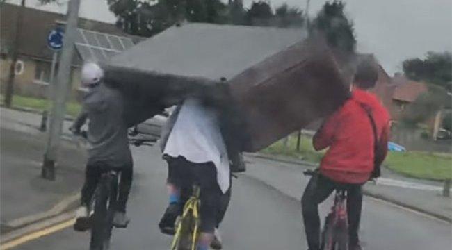 Minket teljesen meggyőztek a bringás bútorszállítók - poénos videó