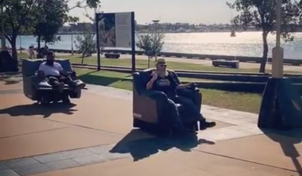 Lustaságból ötös: fotellel hajtottak a forgalomba– videó
