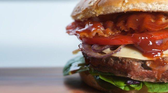 Kínos – közleményben kellett a hamburgerláncnak tisztáznia: nem használnak emberi húst