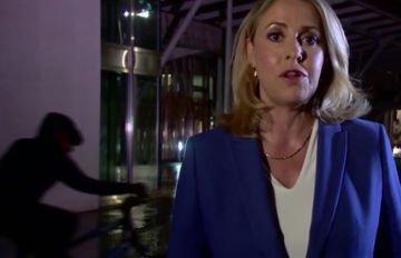 A riporter észre sem vette, mit művel az élő bejelentkezés közben egy figyelmetlen biciklis – videó