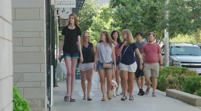 Elképesztő: ennek a tinilánynak van a világon a leghosszabb lába - videó