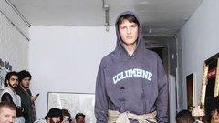 Kinek az érzéketlen ötlete volt iskolai mészárlásokkal eladni egy divatbemutatót?!