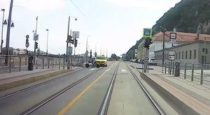 Elektromos rollerest gázolt el egytaxis az Erzsébet hídnál – videó 18+