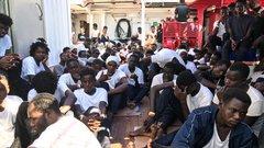 Migránsokkal teli hajók tartanak Olaszország partjai felé