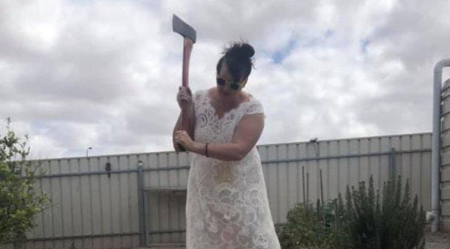 Megdöbbentő, miért hordja egy éve folyamatosan a menyasszonyi ruháját ez a nő