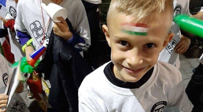 Majkáék nyolcéves focistája kapta meg Szalai cipőjét