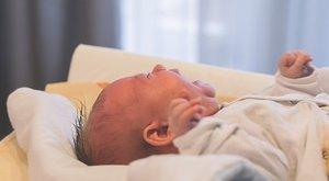 Kis híján agyonverte egy hónapos babáját az anya, majd magára hagyta mert randevúja volt