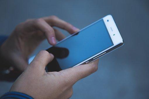 Bilincsben vittek el egy tinédzsert, mert lemerült a mobiltelefonja