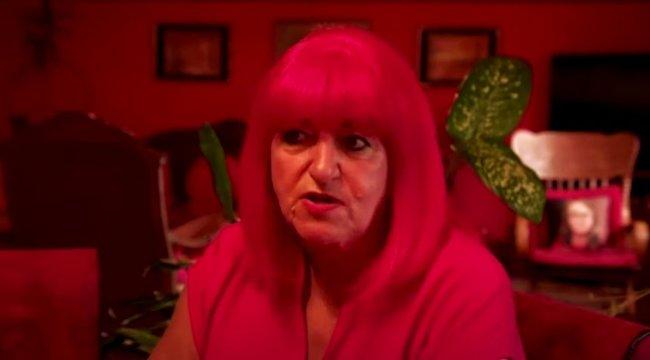 Négy évtizede csak vöröset hord, és azzal is veszi körbe magát ez a nő