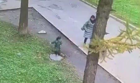 Minden szülő rémálma: kifordult egy csatornafedél, elnyelte a föld a gyereket – videó