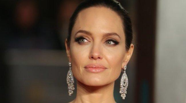 Egyetlen átlátszó fátyol takarja csak Angelina Jolie testét ezeken a fotókon