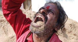 Húsz éve földet eszik az indiai férfi: kicsattan az egészségtől