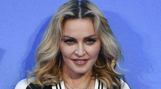 Provokáció vagy bizarr szépségtipp? Jeges fürdő után kortyol vizeletet Madonna - videó