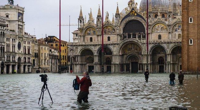Úszik Velence,de az élet megy tovább