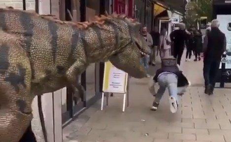 Dínó támadt a járókelőkre Angliában – videó