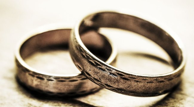 Megparancsolta feleségének, hogy nyelje le a jegygyűrűjét, majd agyonverte a féltékeny férj
