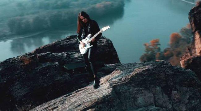 Fantasztikus: gitáron játssza el a Hallelujah-t a győri RockMilady – videó