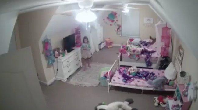 Rémisztő videó: vadidegen vette át az irányítást a nyolcéves kislány szobájának kamerája felett