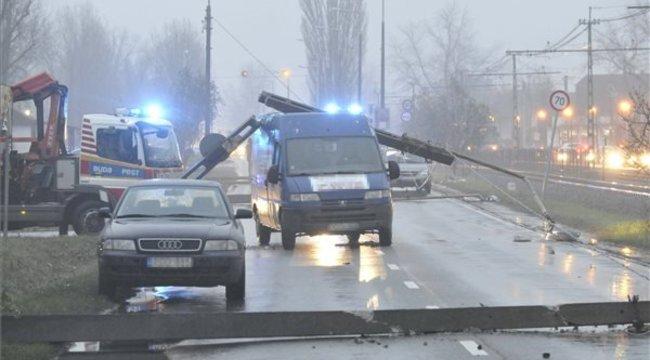 Öt villanyoszlop dőlt ki Soroksáronegy autóbalesetben
