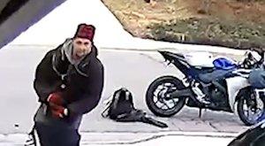 Félig lecsúszott nadrággal menekült a pancser betörő