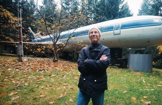 Lehet ennél menőbb? Repülőben él a nyugdíjas mérnök - videó