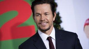 Vészesen közelít az ötvenhez, mégis olyan hasizma van Mark Wahlbergnek, hogy 20 évet letagadhat - fotó