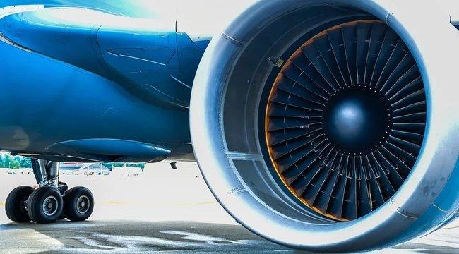 Idióta: érmét dobott a repülőgép turbinájába, hogy szerencsés útjuk legyen