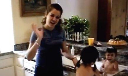 Sosem látott házi videón, ahogyan Khloé Kardashian kishúgait fürdeti – videó