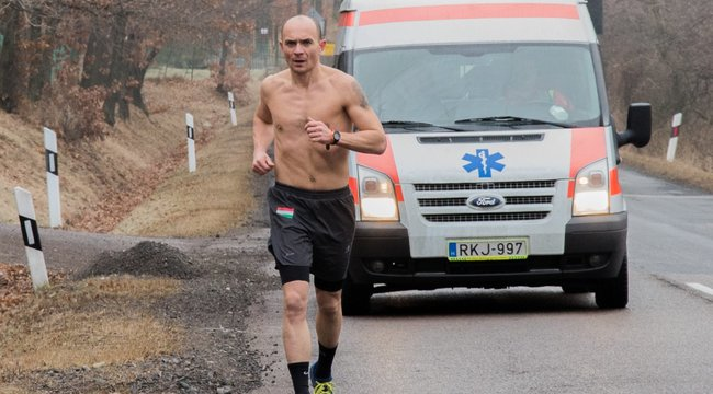 Új rekord: félmeztelenül futott a fagyban a magyar Jégember