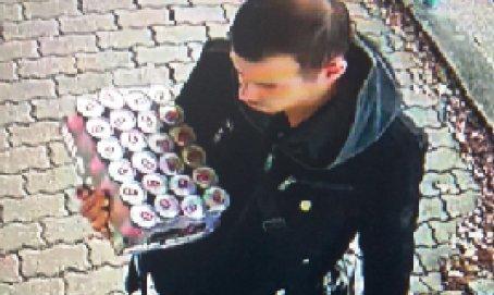 A debreceni rendőrök keresik a lopott bankkártyával fizető férfit - Látta valahol?