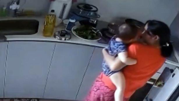 Haza akart menni, ezért forróvízbe nyomta a rábízott kislány karját a szívtelen bébiszitter
