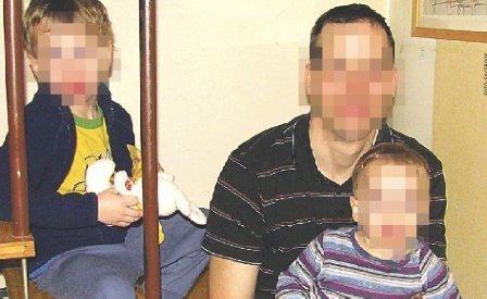 Tatabányai családirtás:Fürdőkádbanvágta elsaját torkát a gyilkos apa