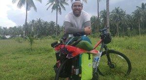 Biciklivel vette be Ázsiát a teniszedző – Templomban vert sátrat Bálint