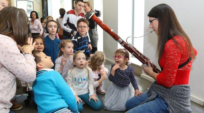 Tapintással hallanak a siket gyerekek