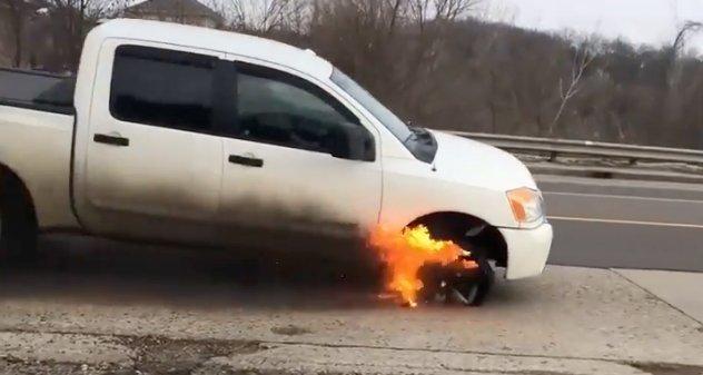 Brutális videó: lángoló kerekekkel ért véget az autós üldözés