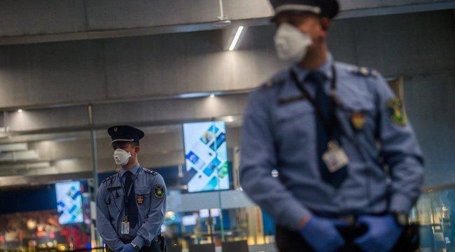 Kisebb csoportokban távoznak a vendégek a vesztegzár alá vont tenerifei hotelből