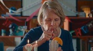 Szökőévente van szülinapja, 84 évesen Ryan Reynoldstól kapta első legális italát