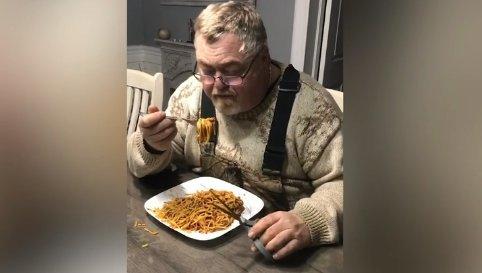 Na jó, ettől fogva így fogja enni a spagettit - Figyelem, elő a villával és ollóval!