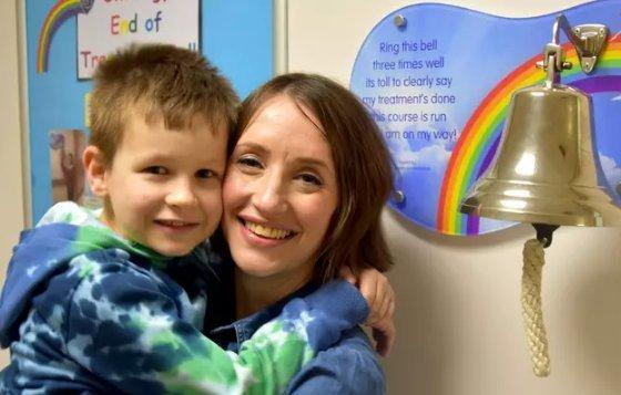 4 hónap különbséggel kapta meg a halálos diagnózist anya és kisfia – együtt szembeszálltak a rákkal